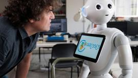 Antonio Sgorbissa e il robot Pepper con CARESSES